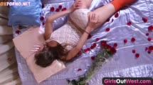 Скриншот для Деваха лежит в лепестках роз о мастурбирует